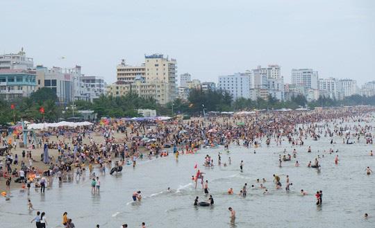 Hàng vạn du khách đổ về Đồ Sơn, Sầm Sơn trong 2 ngày đầu nghỉ lễ - Ảnh 9.