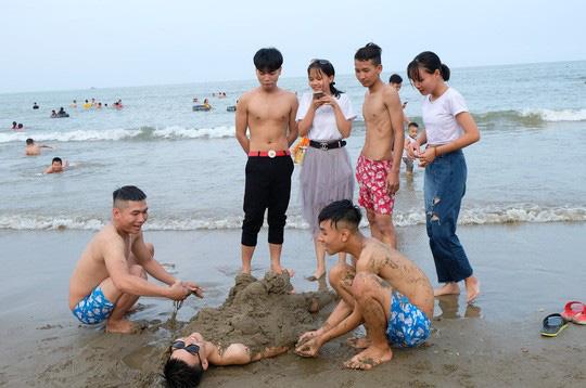 Hàng vạn du khách đổ về Đồ Sơn, Sầm Sơn trong 2 ngày đầu nghỉ lễ - Ảnh 20.