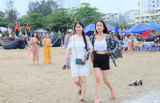 Hàng vạn du khách đổ về Đồ Sơn, Sầm Sơn trong 2 ngày đầu nghỉ lễ - Ảnh 22.