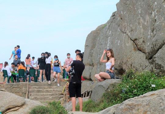 Hàng vạn du khách đổ về Đồ Sơn, Sầm Sơn trong 2 ngày đầu nghỉ lễ - Ảnh 23.