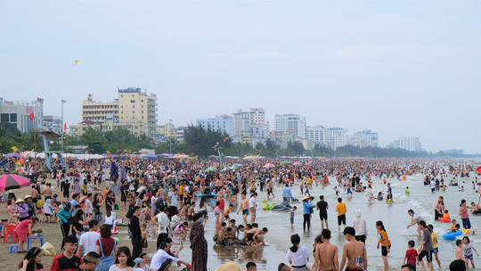 Hàng vạn du khách đổ về Đồ Sơn, Sầm Sơn trong 2 ngày đầu nghỉ lễ - Ảnh 12.