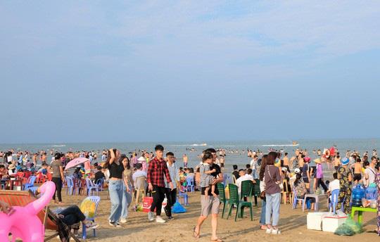 Hàng vạn du khách đổ về Đồ Sơn, Sầm Sơn trong 2 ngày đầu nghỉ lễ - Ảnh 13.