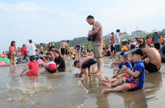 Hàng vạn du khách đổ về Đồ Sơn, Sầm Sơn trong 2 ngày đầu nghỉ lễ - Ảnh 14.