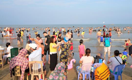 Hàng vạn du khách đổ về Đồ Sơn, Sầm Sơn trong 2 ngày đầu nghỉ lễ - Ảnh 15.