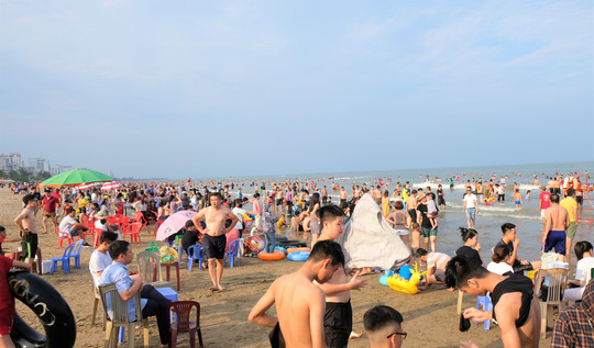 Hàng vạn du khách đổ về Đồ Sơn, Sầm Sơn trong 2 ngày đầu nghỉ lễ - Ảnh 16.
