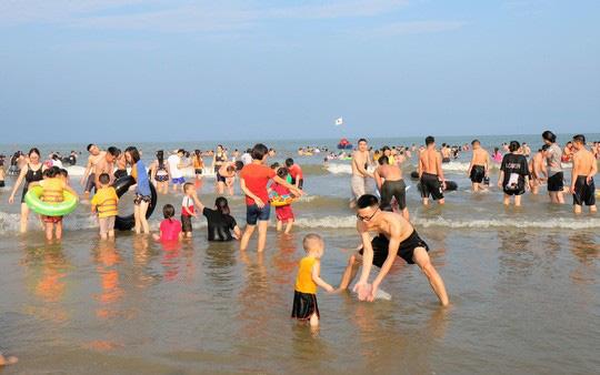 Hàng vạn du khách đổ về Đồ Sơn, Sầm Sơn trong 2 ngày đầu nghỉ lễ - Ảnh 17.