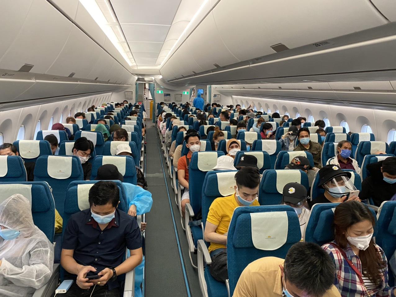 Hơn 270 công dân Việt Nam từ Malaysia về nước tại sân bay Đà Nẵng ...
