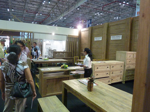 Hàng ngàn container gỗ xuất khẩu tồn ở cảng - Ảnh 1.