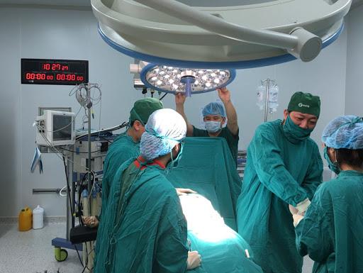 Người đàn ông mang bầu đầu tiên tại Việt Nam đã sinh con - Ảnh 1.