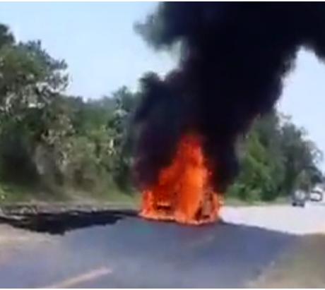 Ô tô Santafe bất ngờ bốc cháy ngùn ngụt trên đường, tài xế bị bỏng nặng  - Ảnh 1.