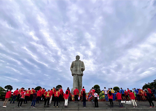 Giải đua xe đạp lớn nhất Việt Nam chào mừng 130 năm sinh nhật Bác Hồ - Ảnh 1.
