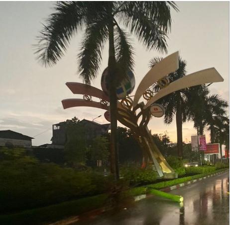 Hàng loạt cột đèn trang trí mới làm tại TP Vinh đổ gãy sau trận mưa - Ảnh 3.