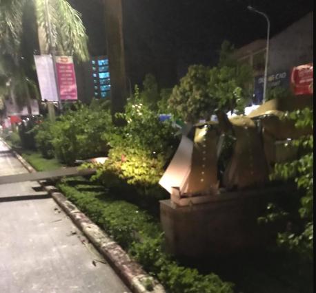 Hàng loạt cột đèn trang trí mới làm tại TP Vinh đổ gãy sau trận mưa - Ảnh 5.