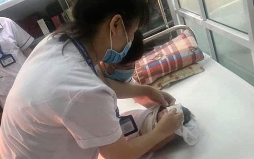 Tắc đường, nhân viên tiêm chủng CDC đỡ đẻ cho sản phụ ngay trên taxi - Ảnh 2.