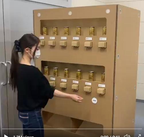 Độc đáo máy bán hàng tự động làm bằng giấy ở Nhật Bản - Ảnh 1.