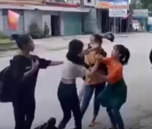 Nữ sinh lớp 11 bị 4 nữ sinh đánh hội đồng trước sự chứng kiến của nhiều người - Ảnh 1.