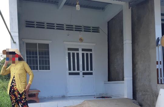 1 phụ nữ bị chủ nợ cầm bô phân hôi thối đổ lên đầu, tạt vào nhà - Ảnh 1.