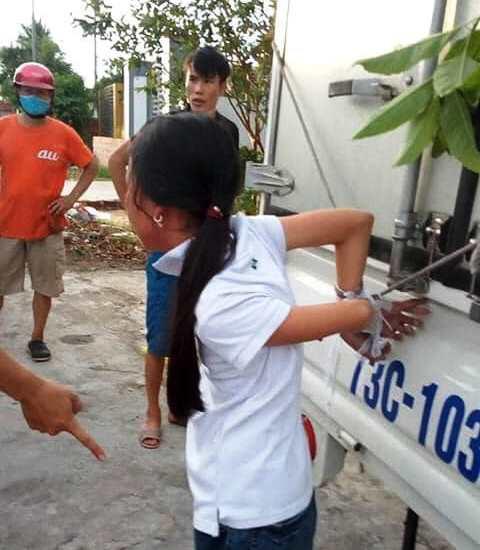 Mẹ trói tay con gái 11 tuổi của mình vào thùng xe tải đánh đập để… phạt trộm - Ảnh 1.