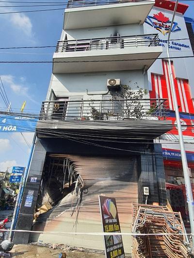 TP HCM: Cứu 7 người thoát khỏi đám cháy trong căn nhà hai tầng - Ảnh 1.