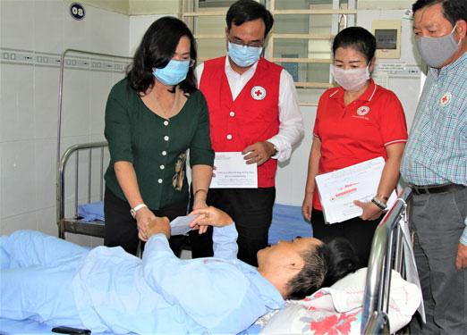 Đồng Nai: Tặng quà công nhân bị tai nạn lao động - Ảnh 1.