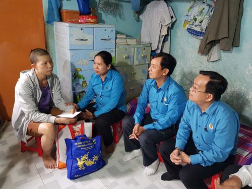 Động viên tinh thần công nhân bệnh hiểm nghèo - Ảnh 1.