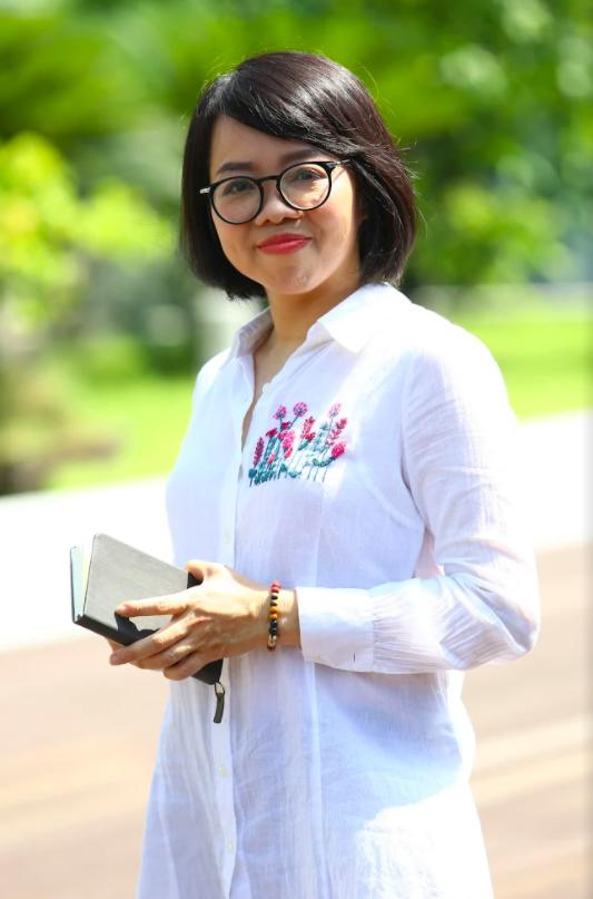 Nhà báo Huỳnh Mai Liên ra mắt phiên bản đặc biệt tập thơ Biển là trẻ con - Ảnh 3.
