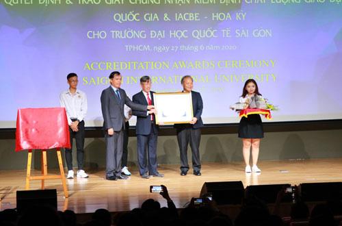Trường đại học đầu tiên của Việt Nam đạt kiểm định IACBE - Ảnh 1.