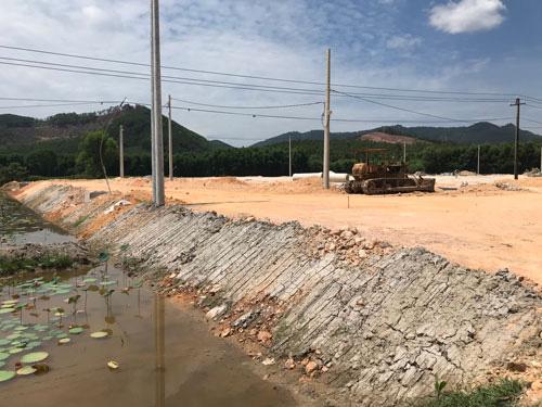 Dự án cao tốc Cam Lộ - La Sơn: Nhiều khu tái định cư đang bò - Ảnh 1.