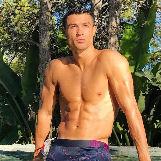 Ronaldo đã làm gì để có thân hình 6 múi ở tuổi 35? - Ảnh 1.