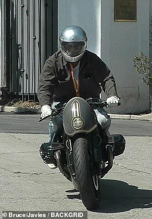 """Brad Pitt """"ngầu"""" với mô-tô, bí mật rời nhà vợ cũ Angelina Jolie - Ảnh 3."""
