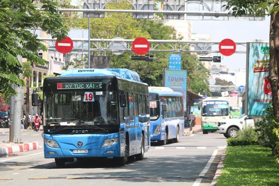 TP HCM: Theo dõi xe buýt chạy trên điện thoại và sắp có buýt mini - Ảnh 1.