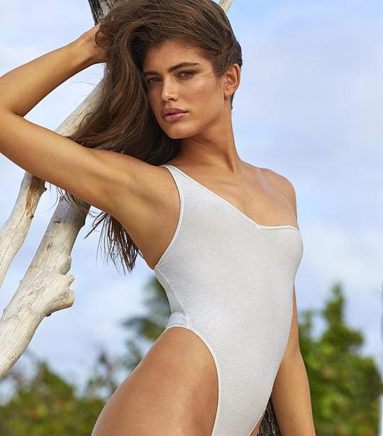 Nhan sắc người mẫu chuyển giới đầu tiên lên tạp chí áo tắm - Ảnh 1.