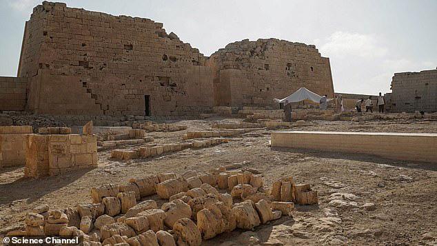 Bí ẩn xác ướp đôi nam nữ phủ vàng, bên nhau 2.000 năm trong đền cổ - Ảnh 3.