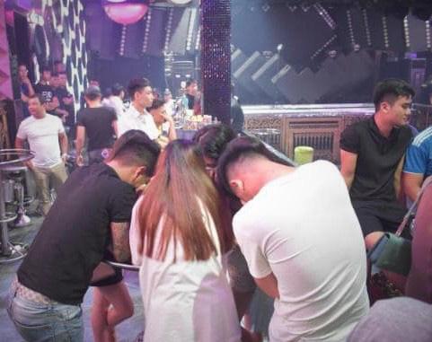 Đột kích quán bar, phát hiện hàng chục nam nữ dương tính với ma túy - Ảnh 2.