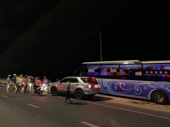 Nghi xe 7 chỗ chở khách Trung Quốc chui, người dân Hội An chặn báo công an - Ảnh 2.