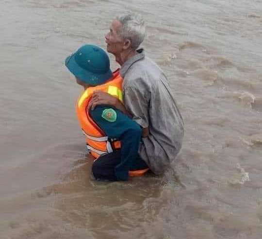 Mưa 1 trận, xóm làng Đắk Lắk chìm trong nước, hàng trăm ngôi nhà bị ngập - Ảnh 1.