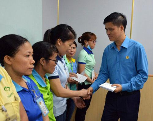 Lãnh đạo Tổng LĐLĐ Việt Nam thăm hỏi công nhân khó khăn - Ảnh 1.