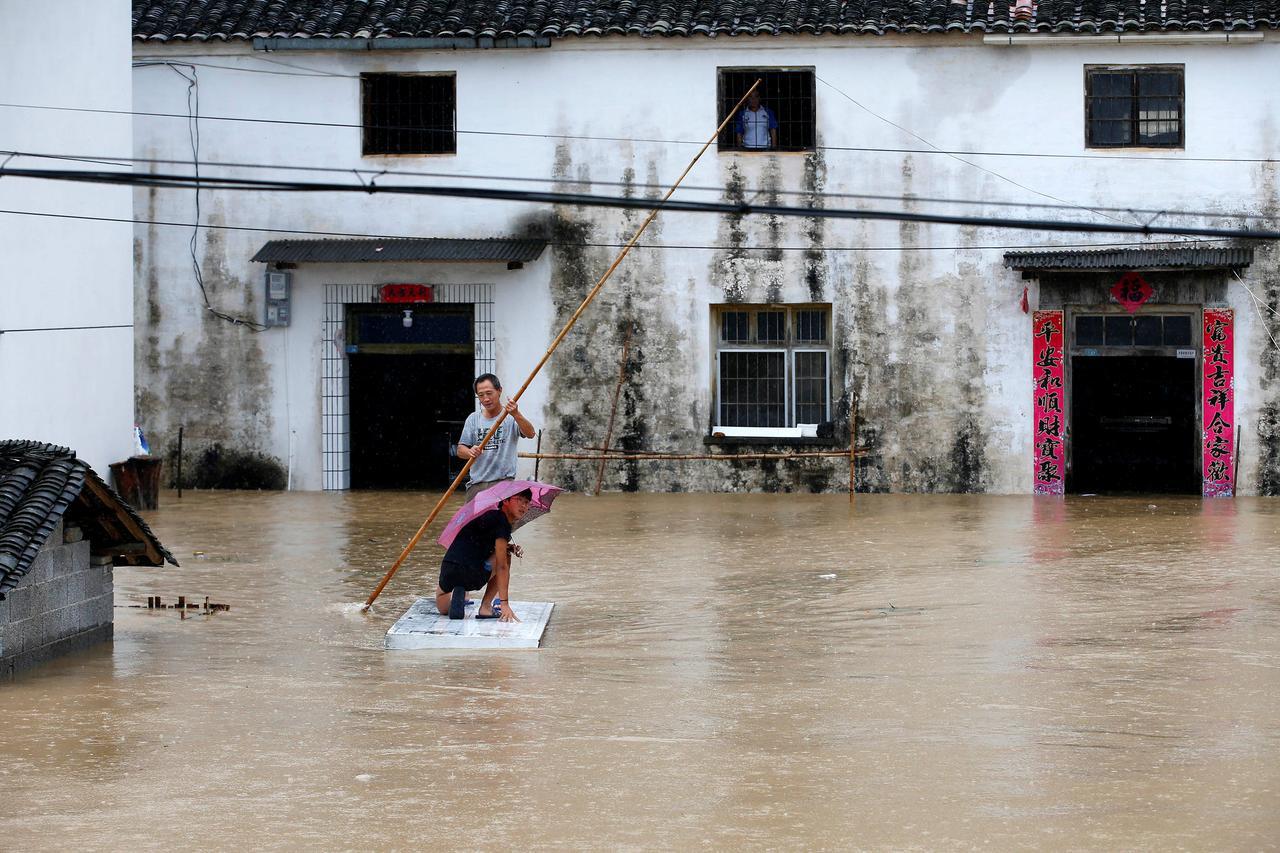 Tinh Hinh Nghiem Trọng Trung Quốc đồng Loạt Nang Cảnh Bao Mưa Bao Lũ Lụt Bao Người Lao động
