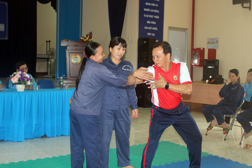 Nữ công nhân vệ sinh học võ để tự vệ - Ảnh 1.