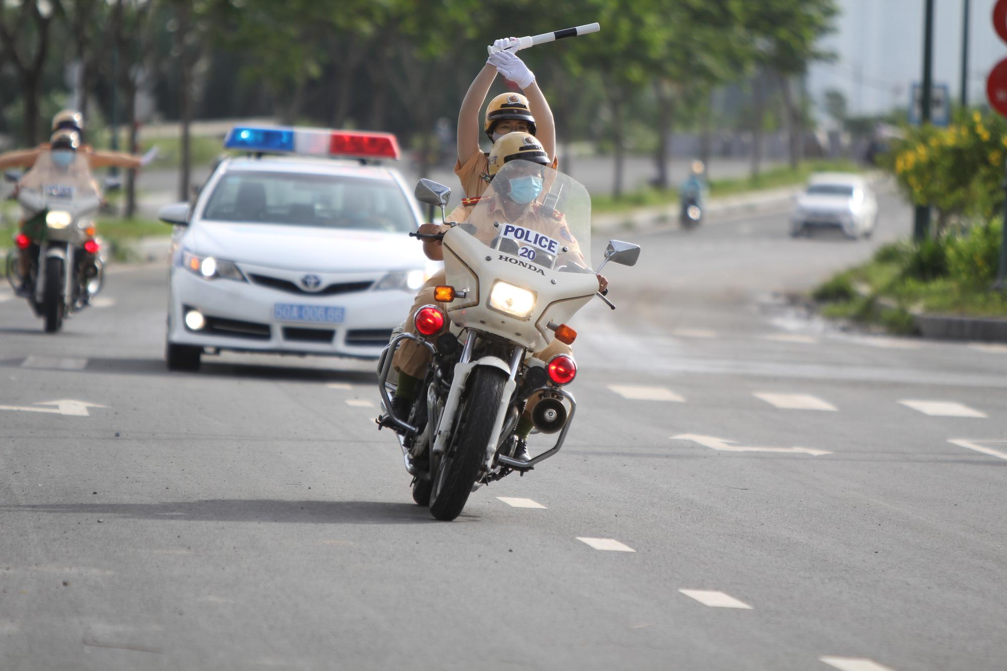[eMagazine] Ngỡ ngàng với kỹ năng điều khiển mô tô của đội nữ CSGT dẫn đoàn đầu tiên - Ảnh 2.