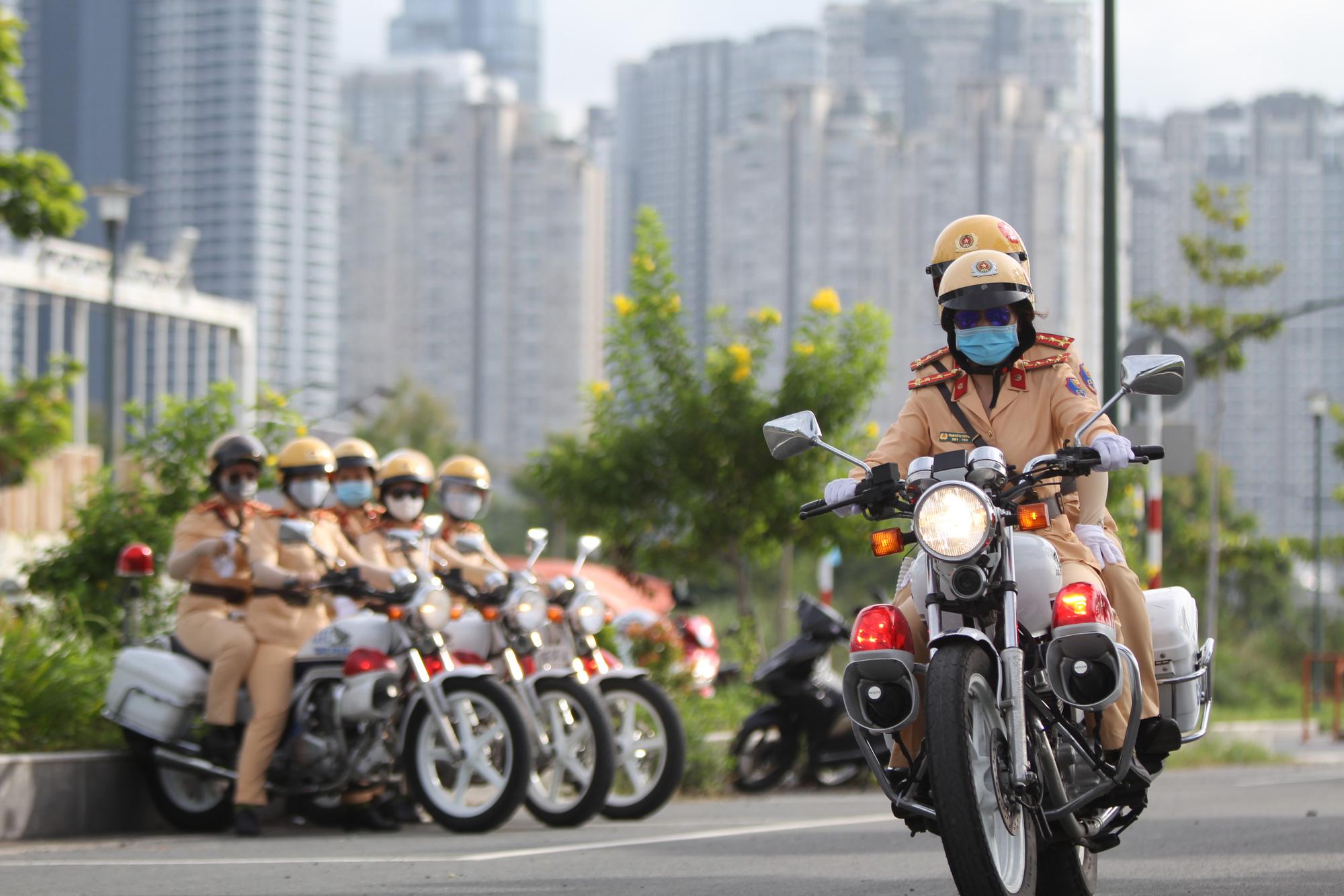 [eMagazine] Ngỡ ngàng với kỹ năng điều khiển mô tô của đội nữ CSGT dẫn đoàn đầu tiên - Ảnh 10.