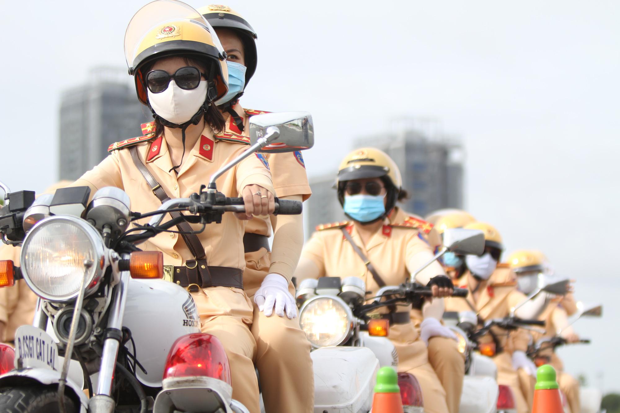 [eMagazine] Ngỡ ngàng với kỹ năng điều khiển mô tô của đội nữ CSGT dẫn đoàn đầu tiên - Ảnh 12.