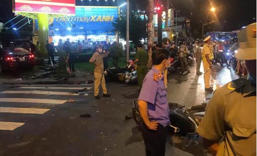 NÓNG: Ôtô húc hàng loạt xe máy dừng đèn đỏ ở Bình Thạnh, nhiều người nhập viện - Ảnh 1.