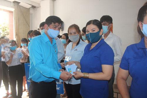 Tặng 10.000 khẩu trang vải kháng khuẩn cho đoàn viên - lao động - Ảnh 1.