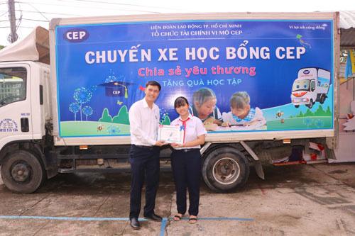Bình Dương: CEP tiếp sức con công nhân khó khăn đến trường - Ảnh 1.