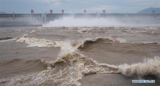 Đập Tam Hiệp lần đầu mở toàn bộ 10 cửa xả, nước lũ cuồn cuộn đổ ra - Ảnh 1.