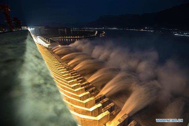 Đập Tam Hiệp lần đầu mở toàn bộ 10 cửa xả, nước lũ cuồn cuộn đổ ra - Ảnh 2.