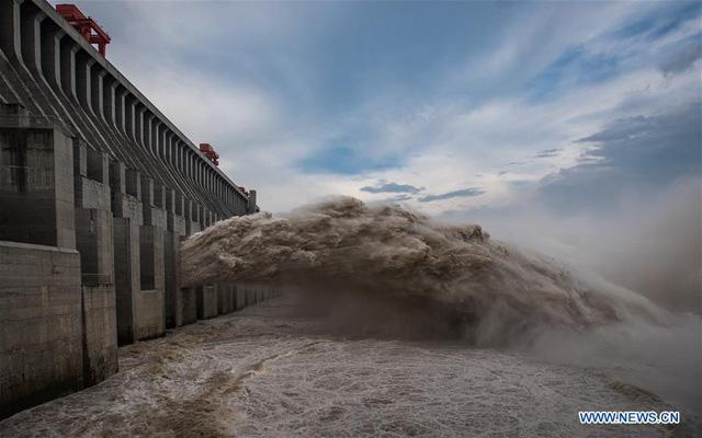 Đập Tam Hiệp lần đầu mở toàn bộ 10 cửa xả, nước lũ cuồn cuộn đổ ra - Ảnh 4.