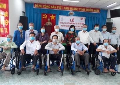 Trao tặng 150 chiếc xe lăn, xe lắc cho người khuyết tật tỉnh Tiền Giang