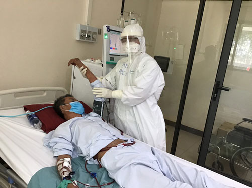 Ở nơi giành giật sự sống cho bệnh nhân Covid-19: Cuộc chiến cam go - Ảnh 1.